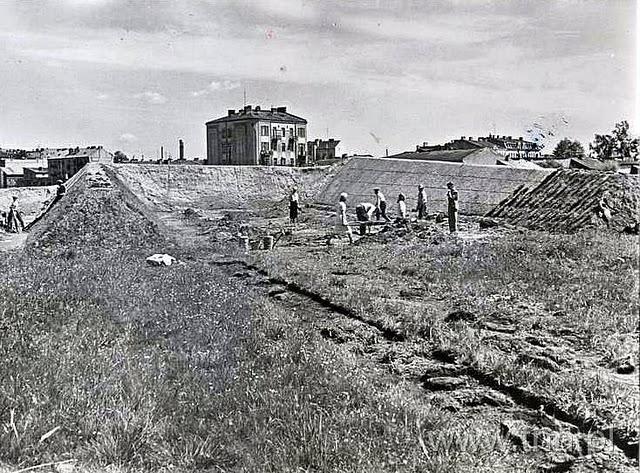 Budowa stadionu przy Piłsudskiego (Start) podany rok ok 1940, budowa strzelnicy, w tle kamienica przy rusałce-zamojska