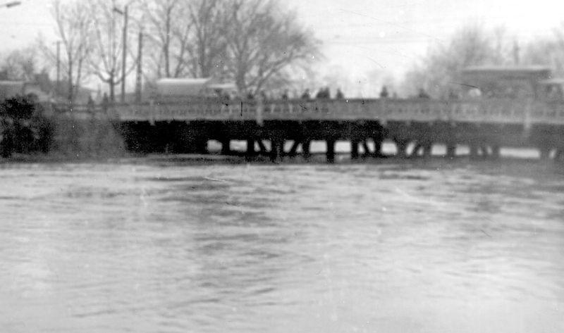 Marzec 1964. Bystrzyca ledwo mieści się w świetle mostu. Obecnie most wyłączony jest z ruchu kołowego