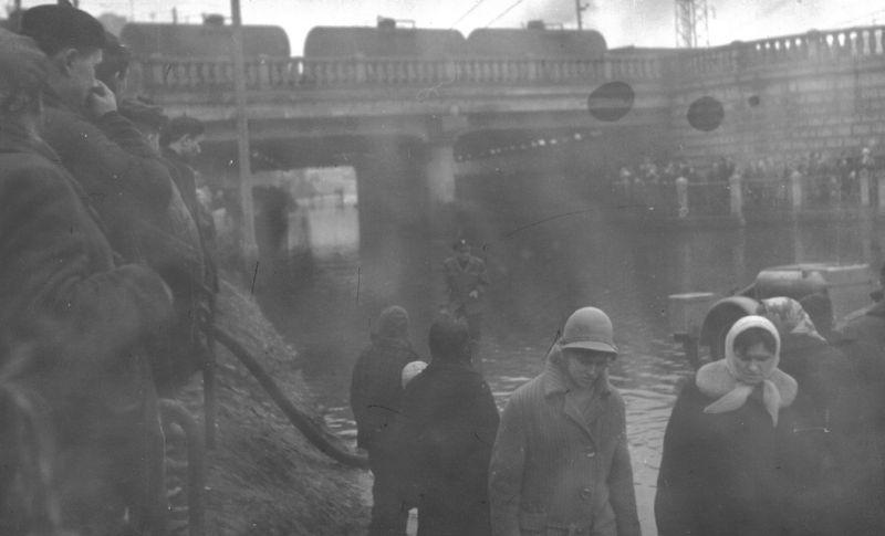 Marzec 1964. Tunel przy ul Kunickiego został całkowicie utopiony.Ruch kołowy zamarł
