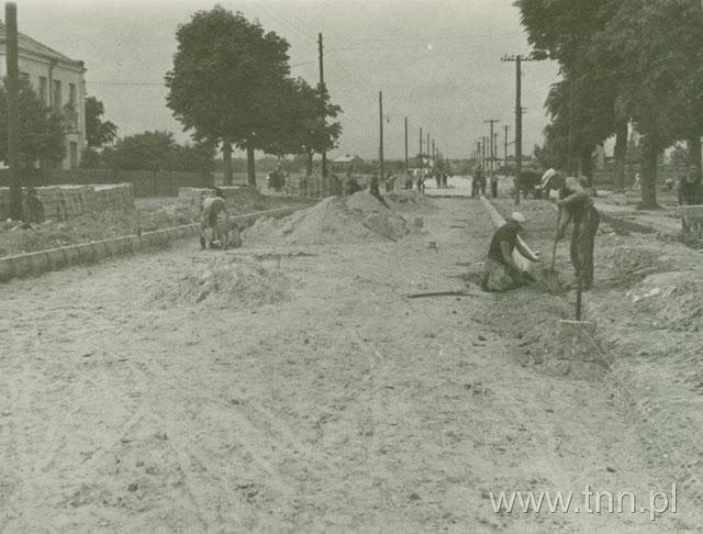 Przebudowa ulicy Bychawskiej - zakładanie krawężników 1939