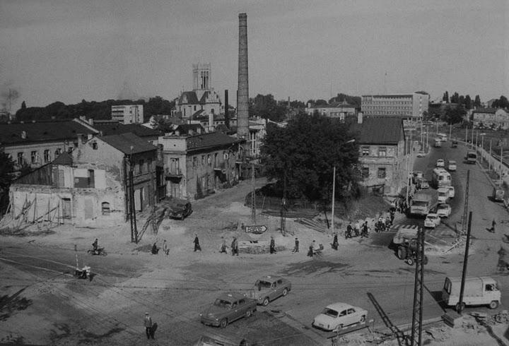 Skrzyżowanie Placu Bychawskiego z 1 maja dawniej Foksal - główna oś komunikacyjna fabryczmej dzielnicy Piaski