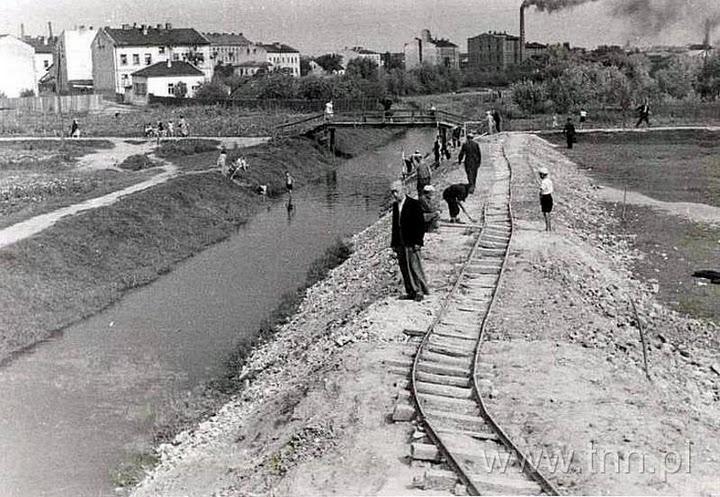 budowa mostu przy ulicy Pawiej, w oddali dymiąca drożdżownia