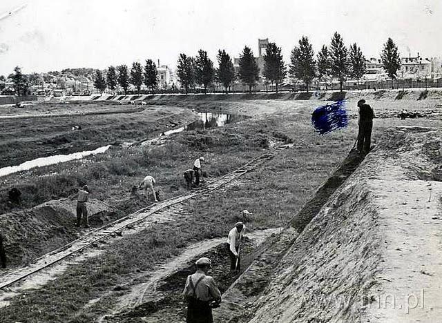 udowa stadionu przy Piłsudskiego (Start) podany rok ok 1940, budowa wału w tle AVE
