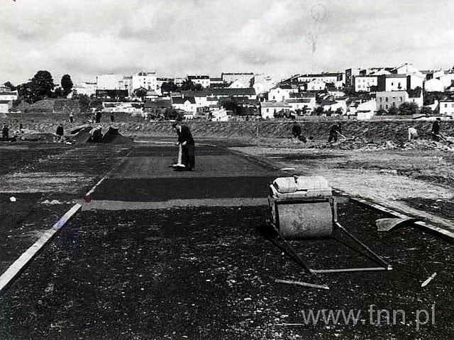 udowa stadionu przy Piłsudskiego (Start) podany rok ok 1940, ubijanie części nawierzchni