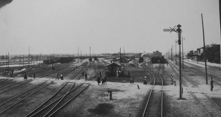 ul. Bychawska - przejazd przez tory. w oddali widoczny gmach dworca kolei zelaznej nadwislanskiej, fotografia z XIX wieku